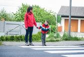 Matka i syn przez przejście dla pieszych — Zdjęcie stockowe