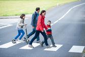 Famiglia a piedi presso l'attraversamento pedonale — Foto Stock