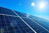 太阳能电池板与太阳 — 图库照片