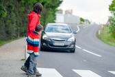 Car stopped for pedestrian — Stockfoto