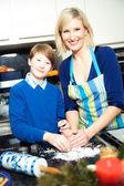 Mãe e filho fazendo biscoitos — Foto Stock