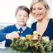 Family Lightning a Christmas Wreath — Stock Photo