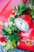 Czerwony samochód z bukiet kwiatów — Zdjęcie stockowe