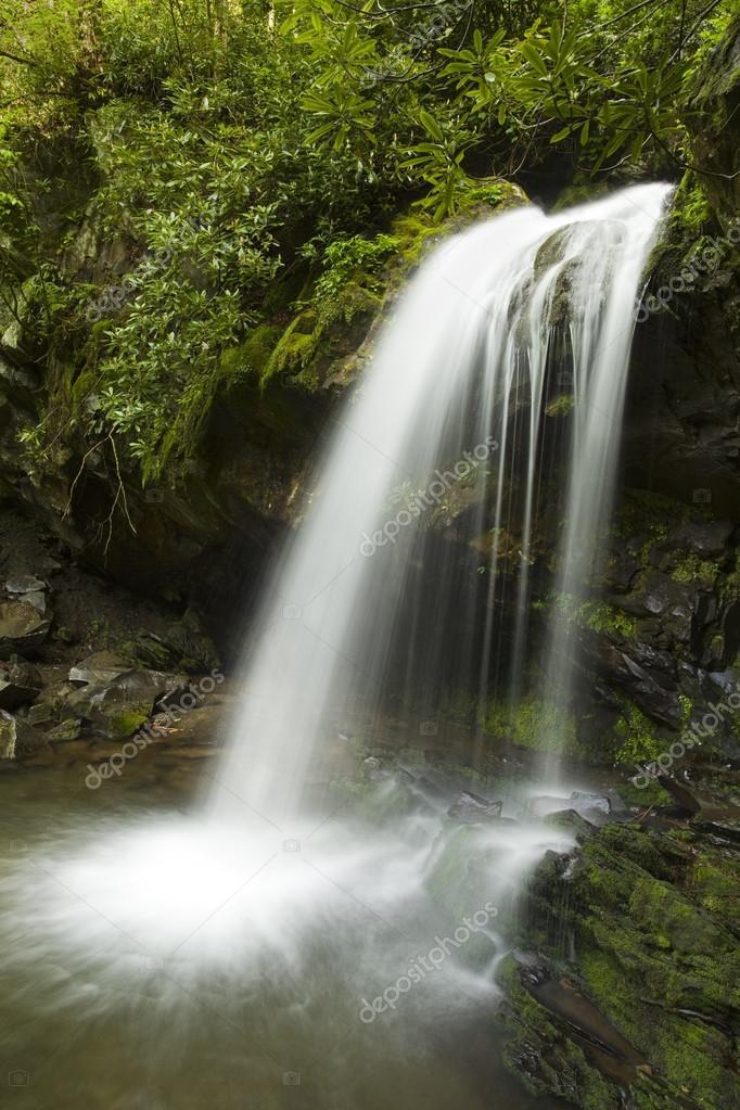 大烟山的风景名胜石窟瀑布– 图库图片