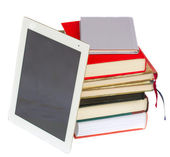 Stapel boeken met moderne tablet pc — Stockfoto