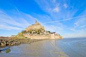 Mont saint michel über meer flut, frankreich — Stockfoto