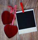 Foto instantánea y dos corazones — Foto de Stock