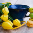 Stockfoto: Cup of tewith tulips