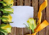 пригласительная открытка с желтых роз — Стоковое фото