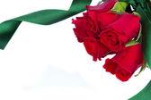 Rosas rojas con cinta — Foto de Stock