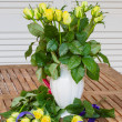 Bouquet of yellow roses in vase — Stockfoto