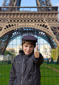 Happy teenager kid on front of Eiffel Tower, Paris — Stock Photo