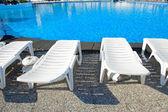 Sandalyeler tarafından çevrili yüzme havuzu — Stok fotoğraf