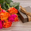 Bouquet of roses with gift box — Foto Stock