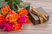 Bouquet of roses with gift box — Stock Photo