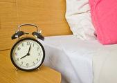 Wecker im schlafzimmer von morgen — Stockfoto