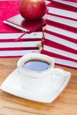 Xícara de café preto na mesa com livros — Fotografia Stock