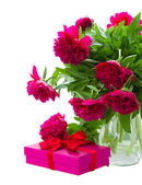 Peony flowers with gift box — Stock Photo