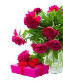 牡丹鲜花和礼品盒 — 图库照片