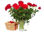 Ramo de rosas rojas en florero con cesta de regalo — Foto de Stock