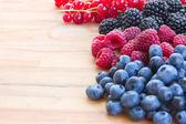 Maduro de berries frescos en mesa — Foto de Stock