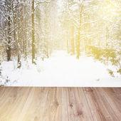 Holzbohlen mit winter-wald-hintergrund — Stockfoto