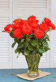 Orange rose bouquet on table — Stock Photo