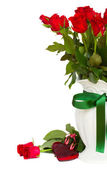 Bunch of red roses in vase close up — 图库照片