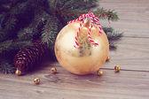 Altın christmas topu dekorasyon — Stok fotoğraf