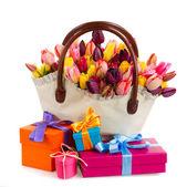 Bolsa de flores tulipanes con cajas de regalo — Foto de Stock