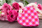 Pink heart box fresh flowers — Stockfoto