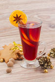 Mulled wine on wooden table — Stockfoto