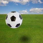 Ballon de soccer sur champ vert — Stockfoto