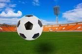 Fotbalový míč na stadionu — Stock fotografie