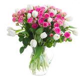 Ramo de flores frescas rosas y tulipanes blancos — Foto de Stock