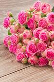 Hög med rosa rosor — Stockfoto