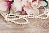 マグノリアの花を持つ真珠 — ストック写真