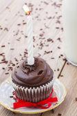 Un bizcocho de cumpleaños en mesa — Foto de Stock