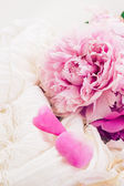 Pink peonies and white wedding dress — Foto Stock