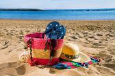 Sunbathing accessories on sandy beach — Stock fotografie