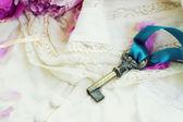 Key with peony flowers — Stock fotografie