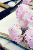 Pile of old books with flowers — Stock Photo