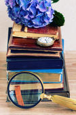 куча старых книг с цветами и будильник — Стоковое фото
