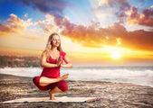 Yoga en la playa al atardecer — Foto de Stock
