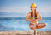 йога в желтой шляпе — Стоковое фото