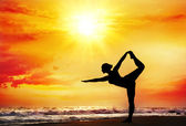 Yoga silhouette on the beach — Stock Photo