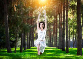Yoga warrior pose in park — Stockfoto