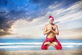 рождественские йоги на пляже — Стоковое фото