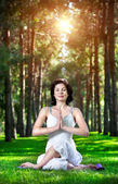 Yoga meditatie in park — Stockfoto