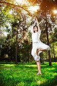 Yoga-baum-pose im park — Stockfoto